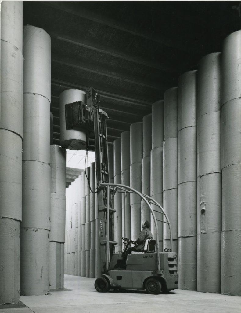 Arkivbillede fra gamle dage - papirruller stablet i hallen